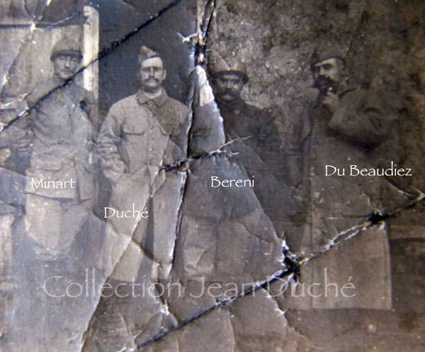 Photo de quatre officiers du 28e RI : Minart, Duché, Bereni et Du Beaudiez. Mars 1916. Collection Jean Duché